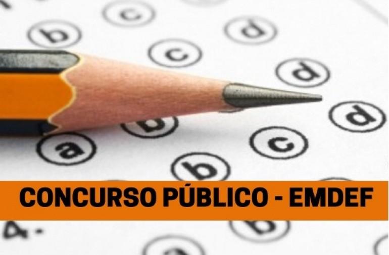 Foto de um lápis sobre uma mesa. Acesse informações sobre os concursos públicos da EMDEF