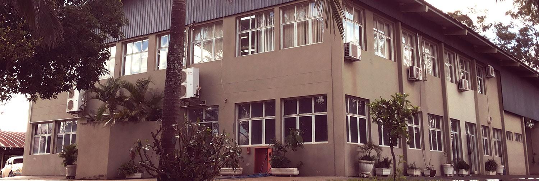 Foto da faxada do prédio administrativo da EMDEF, que é composto por dois andares.