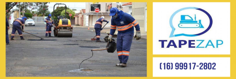 No banner foto de funcionário da EMDEF realizando o serviço de tapa buracos na malha asfáltica da cidade de Franca.