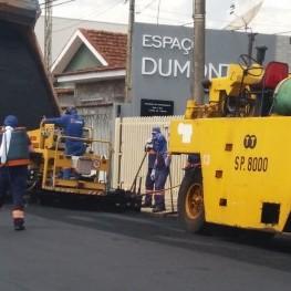 Na foto, funcionários da EMDEF trabalhando no recapeamento de uma das vias de Franca onde também é mostrado maquinários utilizados no serviço