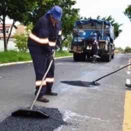 Na foto, funcionários da EMDEF realizado o trabalho de tapa buracos na malha asfáltica