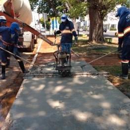 Na foto, funcionários da EMDEF aplicam o concreto na calçada