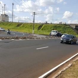 Na foto, funcionário da EMDEF sinalizando com cones uma via que será feito o trabalho de recuperação da sinalização de solo