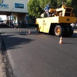 Na foto, maquinário da EMDEF utilizado para planar a massa asfáltica em uma rua sendo recapeada