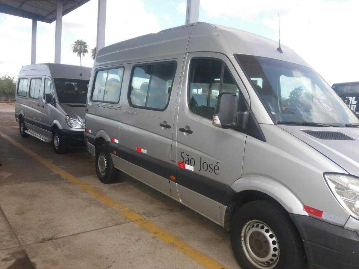 Na foto duas Vans adaptadas estacionadas