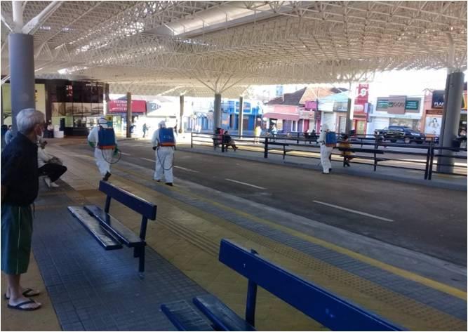 Na foto funcionários da EMDEF realizando a higienização no terminal Ayrton Senna