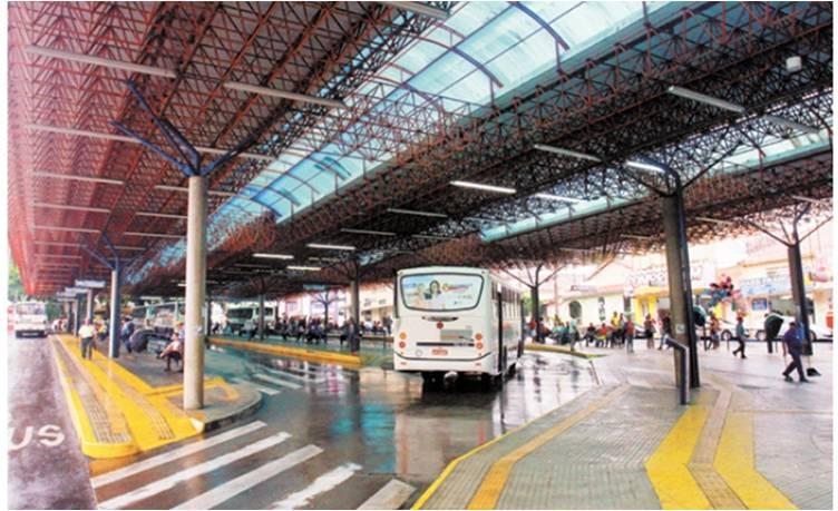 Na foto, ônibus chegando ao terminal Ayrton Senna no centro de Franca
