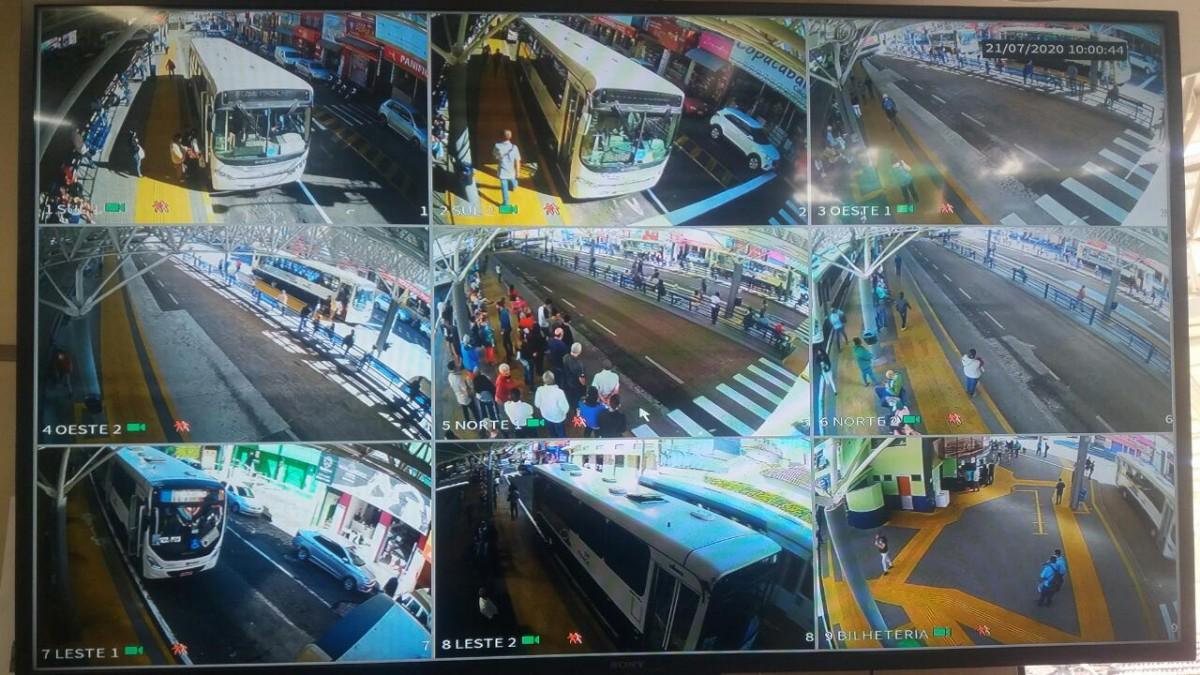 Vários pontos de monitoramento são mostrados na foto, onde as cameras captam imagens dos passageiros aguardando no terminal Ayrton Senna, e alguns ônibus estacionados