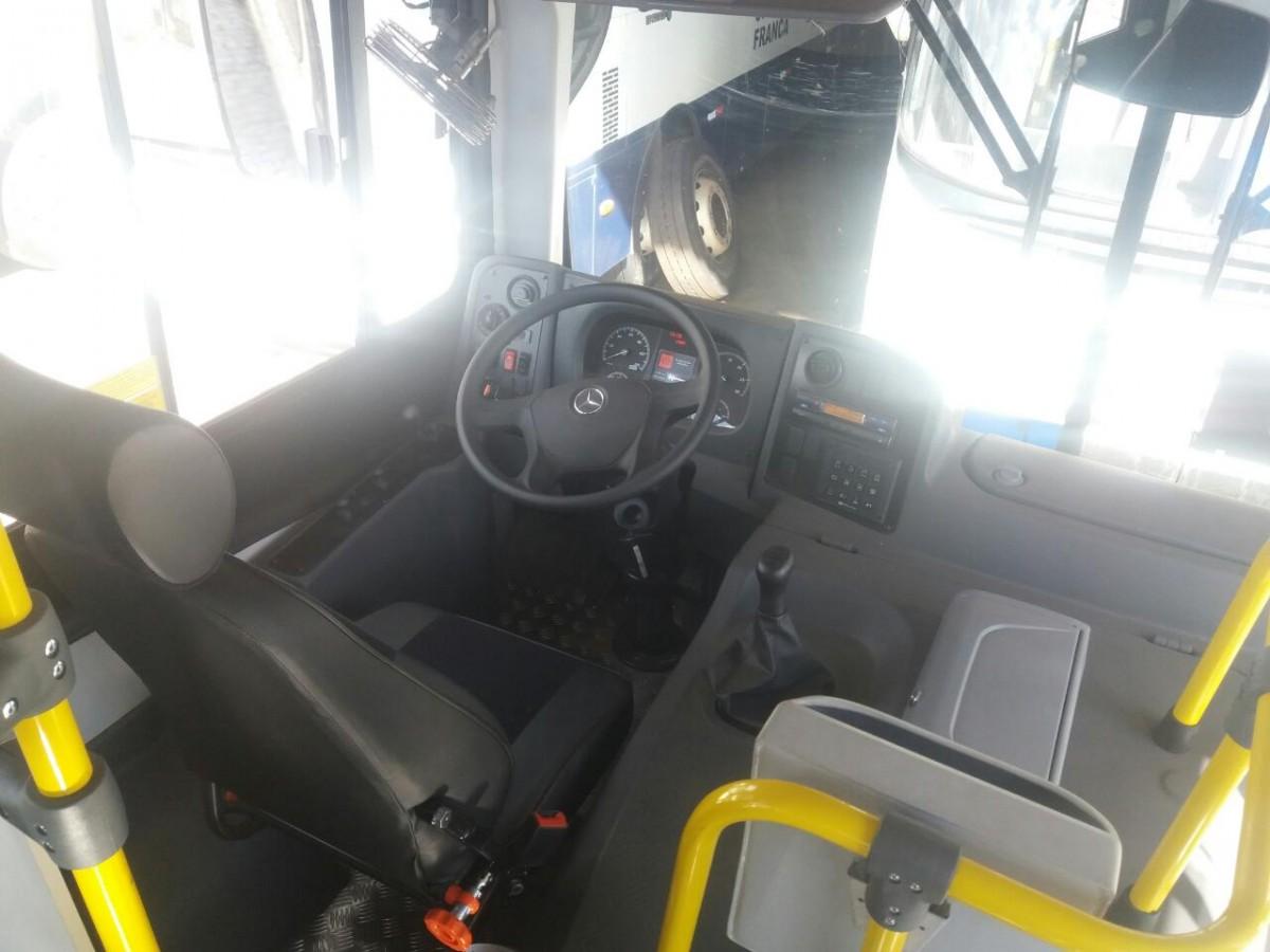 Na foto, detalhe do interior do ônibus mostrando a área do motorista