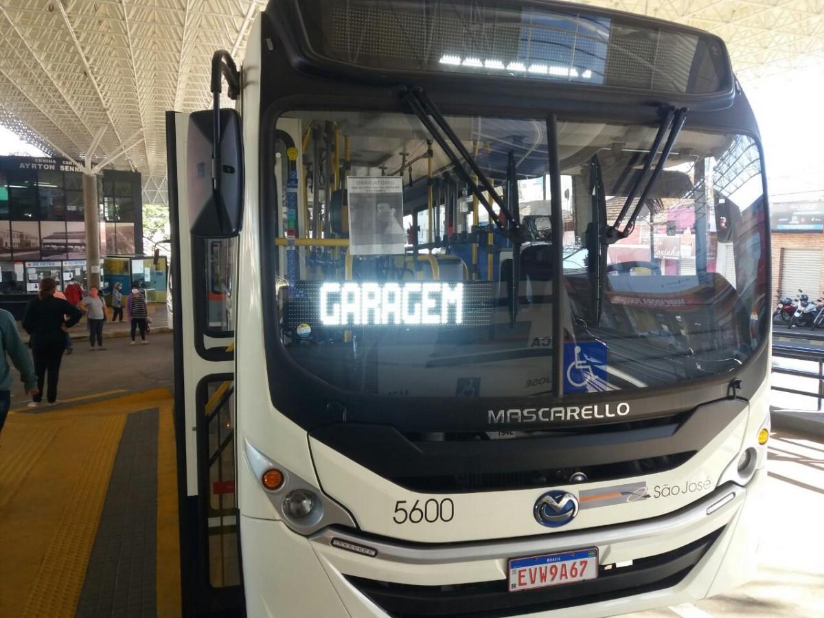 Na foto, ônibus coletivo urbano estacionado no terminal Ayrton Senna