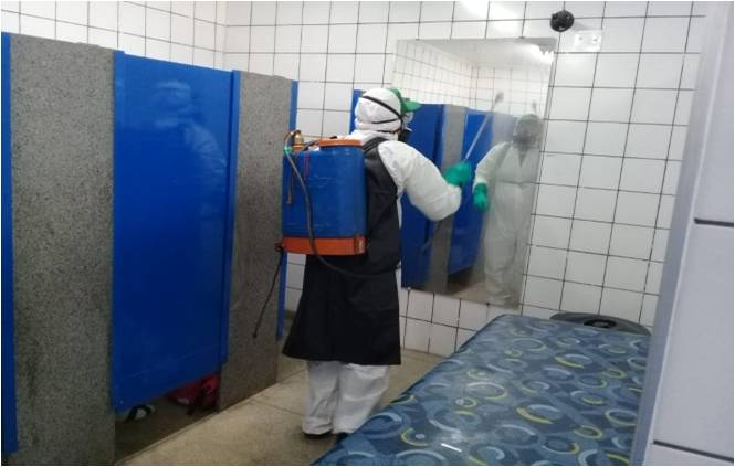 Funcionário da EMDEF realizando limpeza dos banheiros no terminal Ayrton Senna