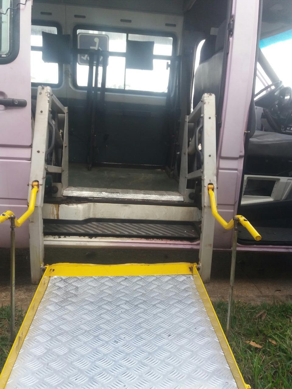 Foto do elevador para cadeirantes existente na van adaptada