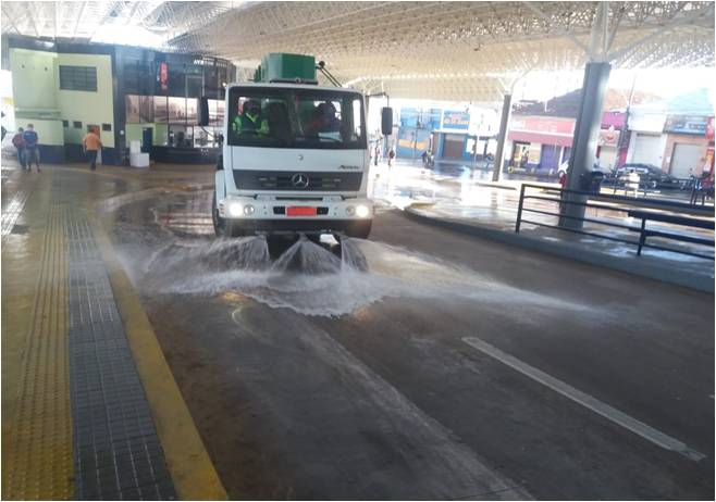Caminhão de serviços da EMDEF lavando o terminal Ayrton Senna