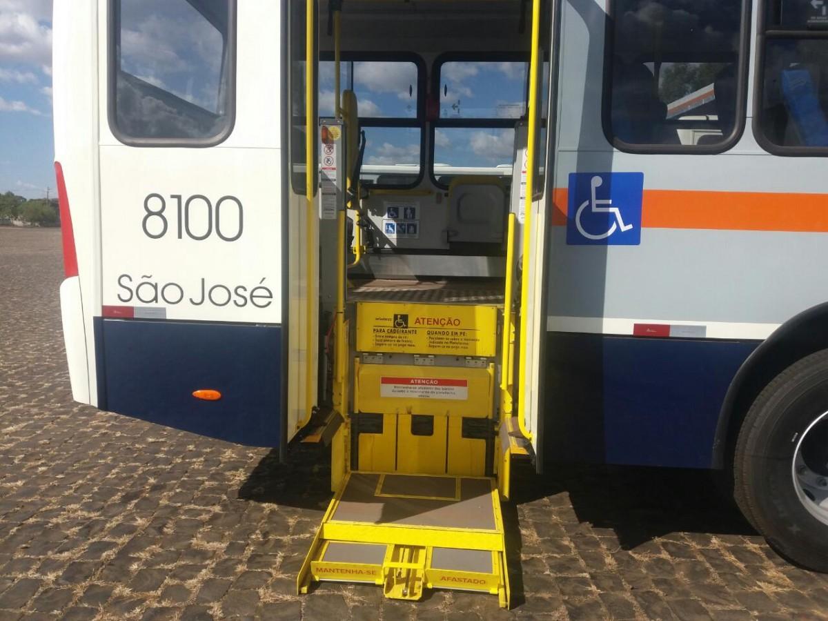 Na foto detalhe do elevador de embarca para cadeirantes presente em um ônibus