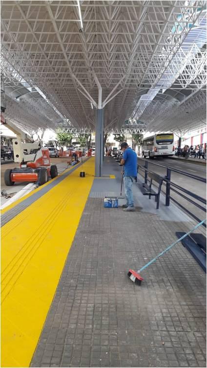 Na foto, funcionários da EMDEF realizam a pintura de solo no terminal Ayrton Senna