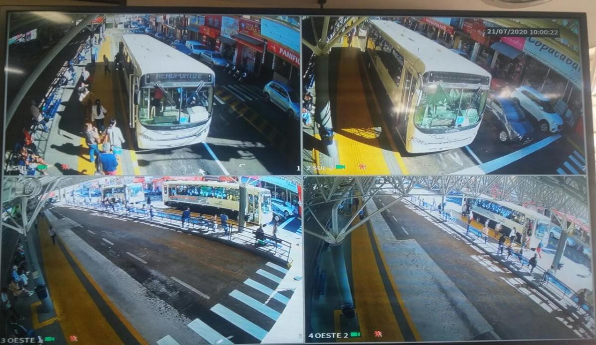 Foto com quatro pontos diferente de monitoramento das câmeras instaladas no temrinal Ayrton Senna, onde são mostradas imagens de passageiros aguardando o embarque e ônibus estacionados