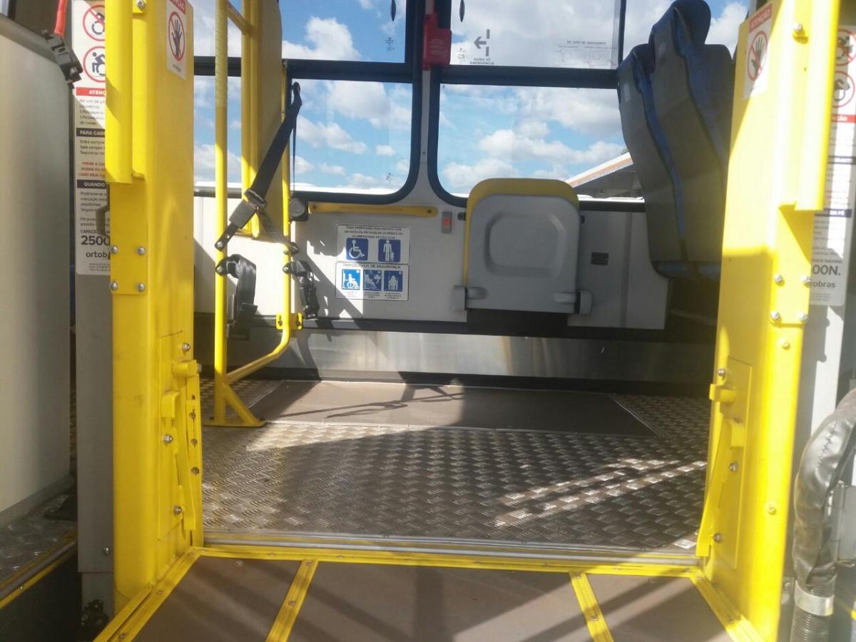 Elevador para cadeirantes suspendo já na altura do piso do ônibus