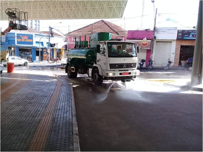 Na foto, caminhão de serviço da EMDEF realizando a limpeza no terminal Ayrton Senna