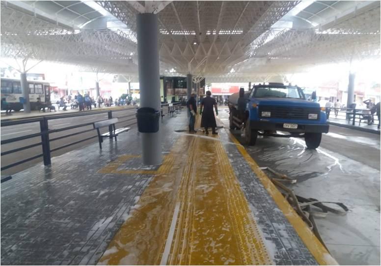 Funcionários da EMDEF realizando a limpeza do terminal Ayrton Senna
