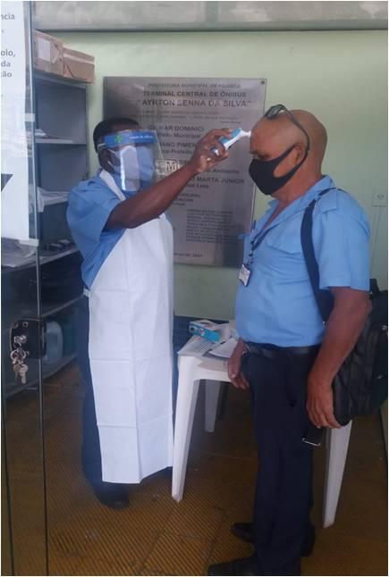 Na foto, funcionário da EMDEF faz a aferição de temperatura corporal durante a pandemia