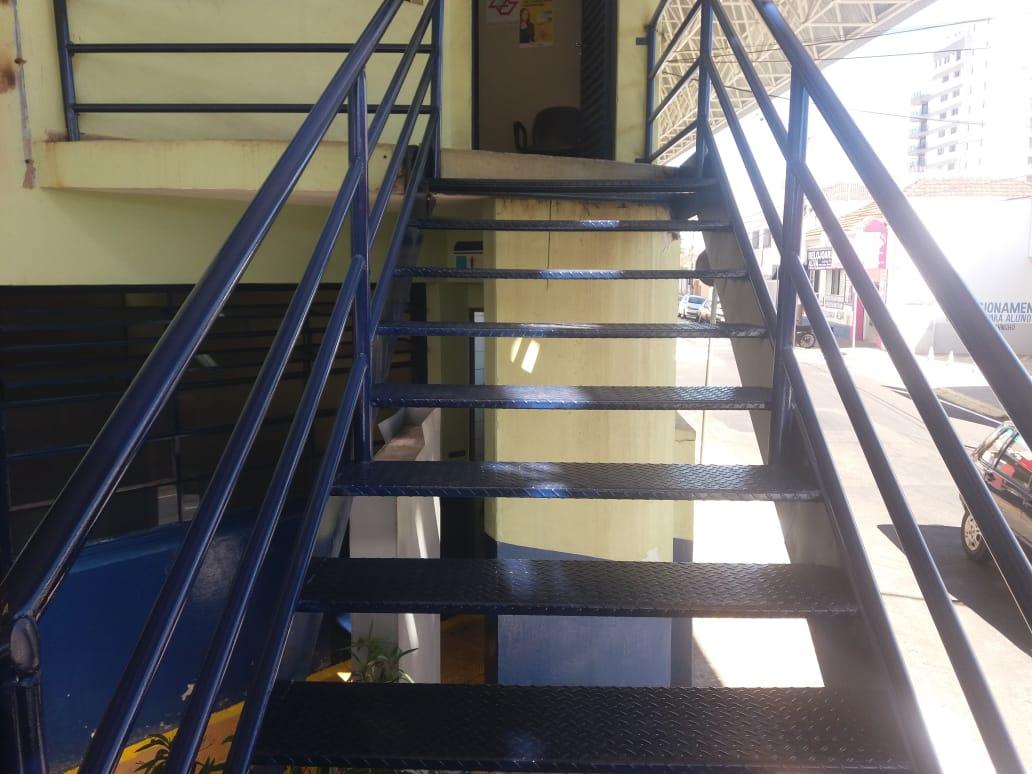 Detalhe da escada no escritório do terminal Ayrton Senna após reforma, pintada na cor azul
