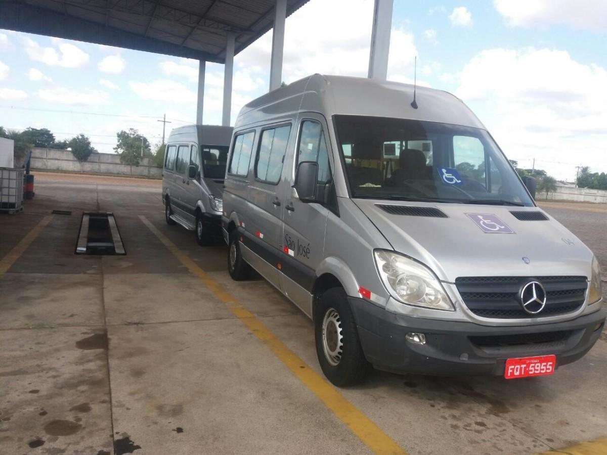 Na foto, uma van na cor cinza adaptada para transporte de cadeirantes
