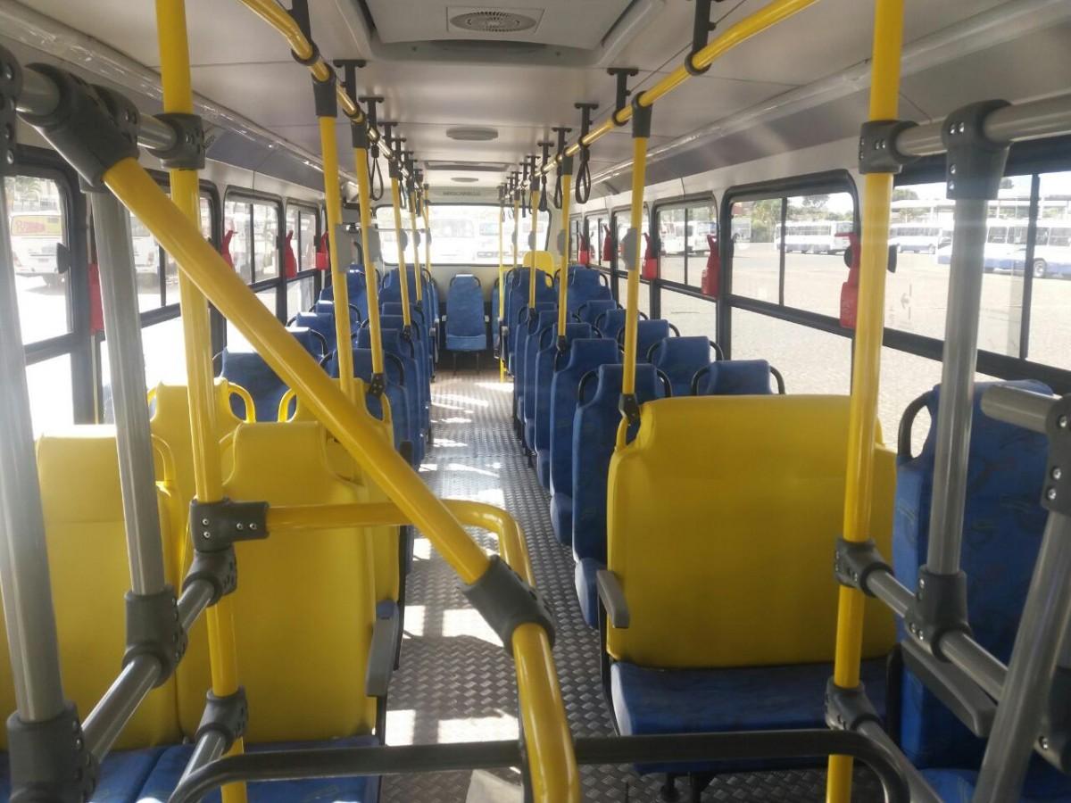 Na foto, detalhe do interior do ônibus que se encontra vazio